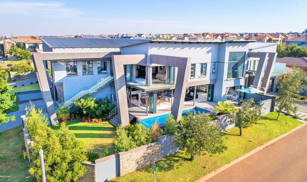 com LOT 02 Opulent 5 Bedroom Modern Home Web Ref: 113013 10 Mount Hubbard Close, Midstream Estate, Gauteng Opening Bid R5 Million 5 Bedrooms 4 Bathrooms (3 en-suite) Large office / flat with separate