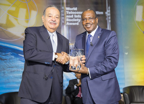 Chapter 1 From left to right: Mr. Carlos Slim Hélu, President of the Carlos Slim Foundation, receiving a WTISD Award from Dr Hamadoun I.