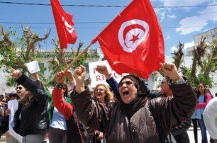 TIME TO ACT TO END EXTREME INEQUALITY Women protesting at the Tunisian Constituent Assembly, demanding parity in election law, Tunisia (2014).