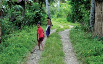 automatic link between rural roads and poverty reduction, but considered the multifaceted impacts that determine how people respond to improved rural roads and that shape livelihood constraints and