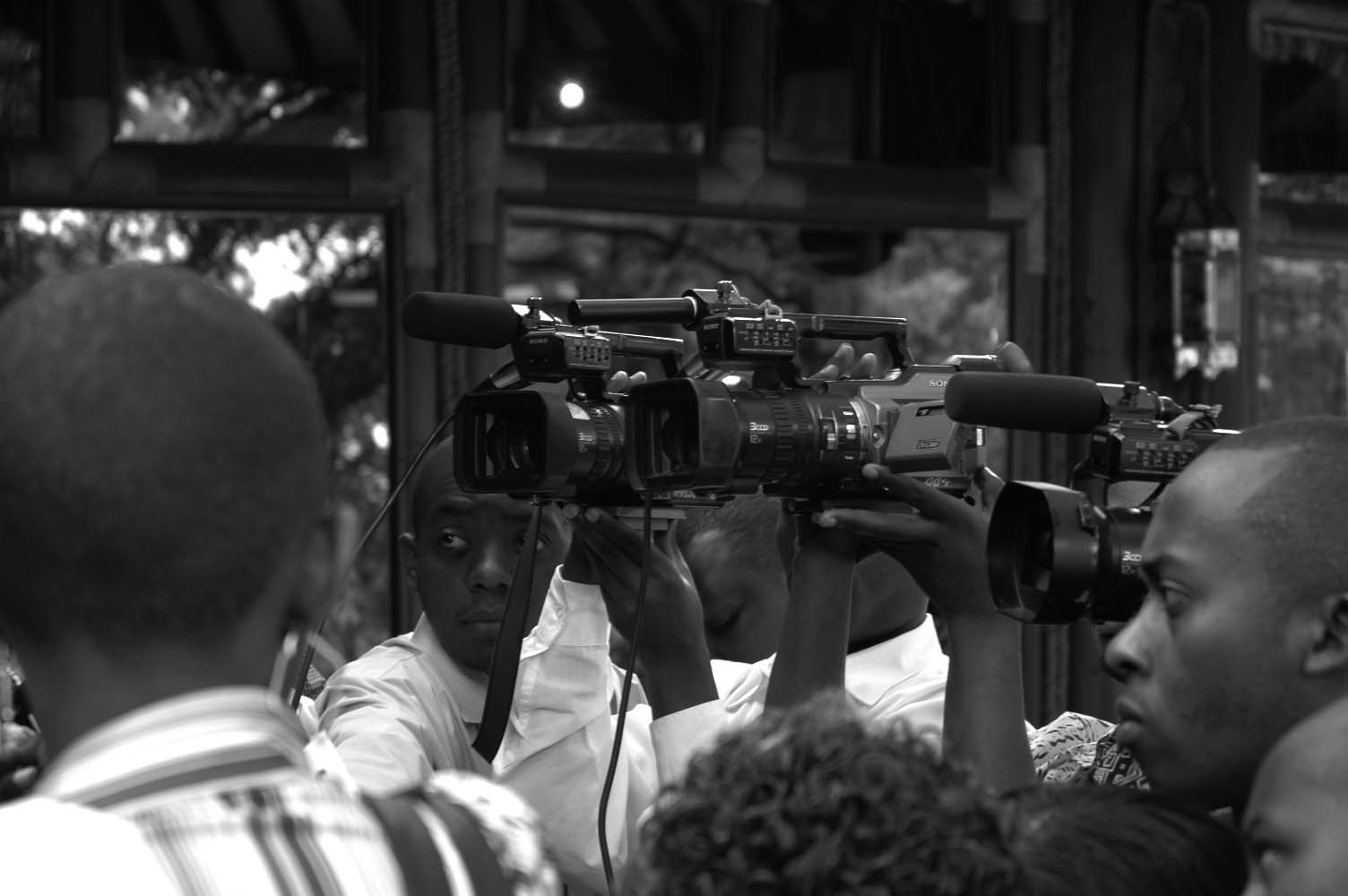 2. FUNCTIONS OF THE MEDIA IN CONFLICT PREVENTION AND PEACEBUILDING Journalists at a press conference during GPPAC s 2006 International Steering Group meeting in Nairobi, Kenya Depicting people with