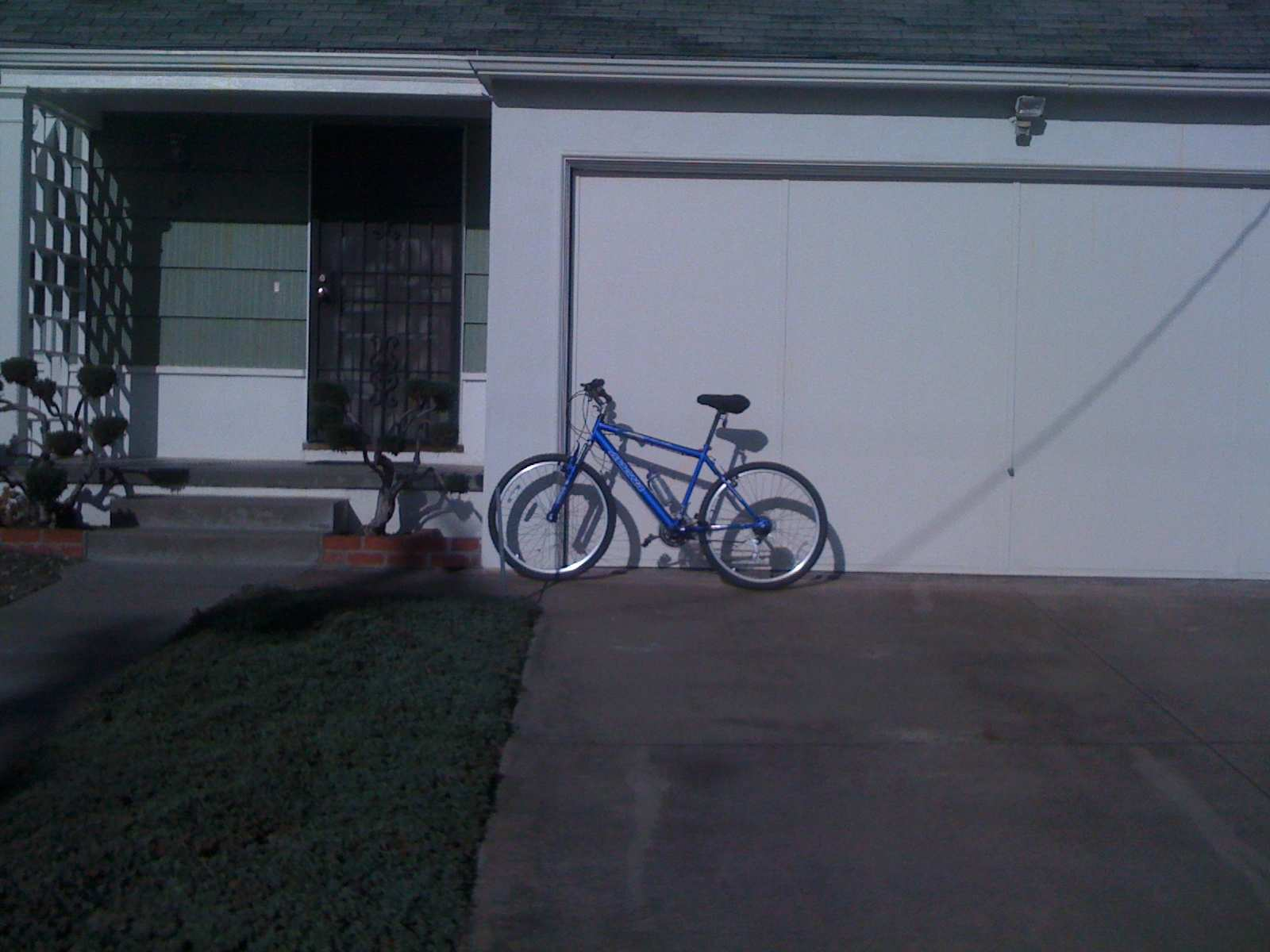 Figure 1: Photo of a bike taken with an iphone 3G and a corresponding Google Street View image based on the stored geocoordinates.