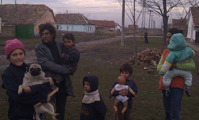 Roma settlers in the Bašaid village near Kikinda, during the visits to the Roma settlements in AP Vojvodina, Serbia (Photo: Mr Slobodan Cvejic, sociologist lead of the consultation process) social