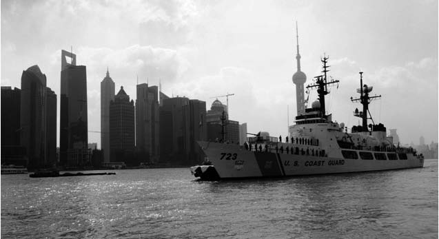 28 c h i n a ma r i t i m e st u d i e s Photo 22. The 378-foot Coast Guard Cutter Rush, homeported in Honolulu, Hawaii, arrives in Shanghai on 1 November 2009.