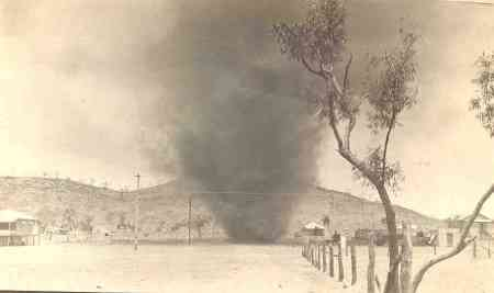 5 Photo 3. A duststorm in Mount Isa. Koskinen (1985: 42 48) referred to the period between 1942 and 1948 as the hämärät vuodet (the dim, dark, obscure years).