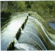 106 Layman s Guidebook Photo 5.2 In low head schemes with integral intake and powerhouse see figure 1.3- the best way to increase the head without risking upstream flooding, is the sector gate.