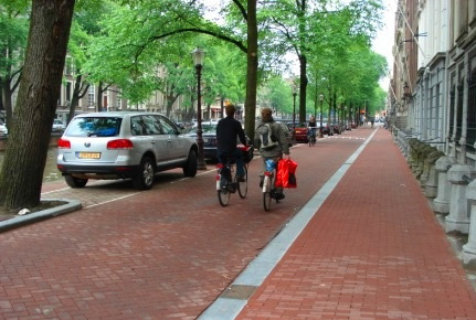 PATH TOOLBOX 5 ALLOCATION OF STREETSPACE PATH PLANNING GUIDELINES [Case Study] Rolling Lanes The idea of Rolling Lanes is to reorganize the streetspace to accommodate a wide spectrum of active