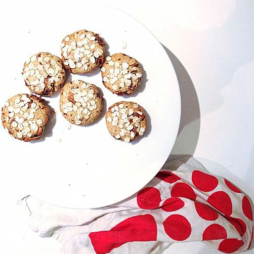 SWEET TREATS HEALTHY OATMEAL SCONES by @yvettewilson (MAKES 6-8) 2 cups rolled oats plus extra for rolling ½ cup almond meal 1 tbsp. of chia seed ½ tsp.