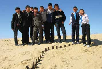 25 School children on top of a dune/ Aral, Kazakhstan. UNESCO/ Zhanat Kulenov related issues and incremental teacher training) are brushed over.
