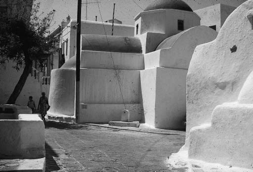 PLASTER IN ARCHITECTURE 51 16 Mykonos, Greece create a sense of separation among the varying shapes of the wall, so that there does not seem to be one surface with an irregular bit taken out of it,