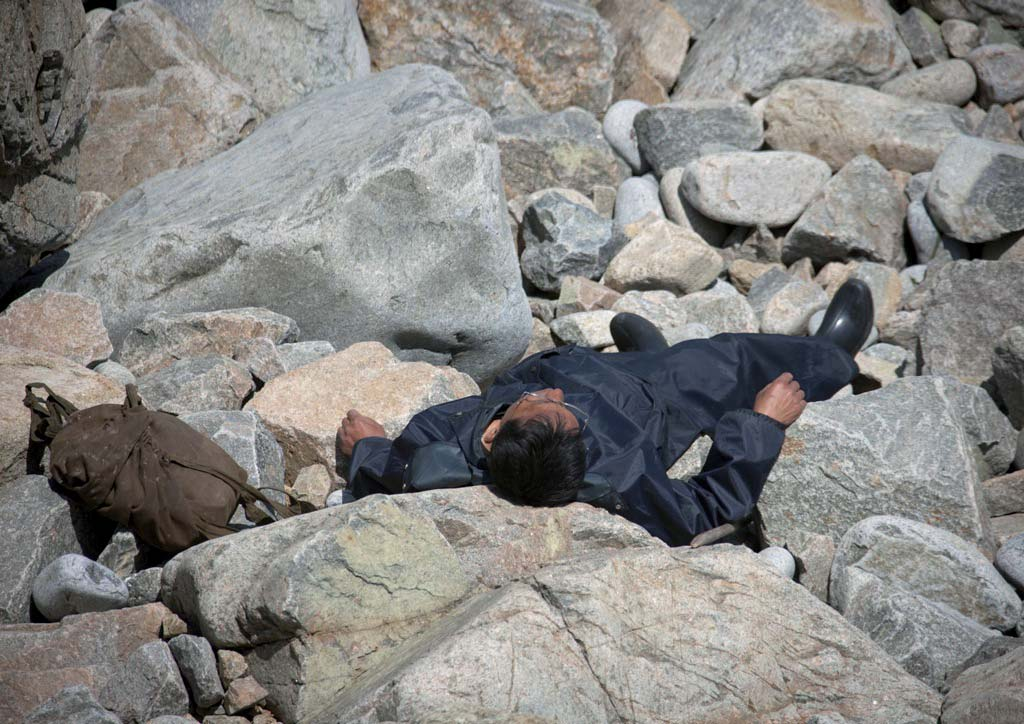 This man was taking a rest on the rocks by the sea in Chilbo.