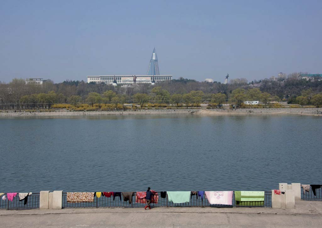 On this day in spring, people had put some carpets to dry on the banks of the Taedong River.