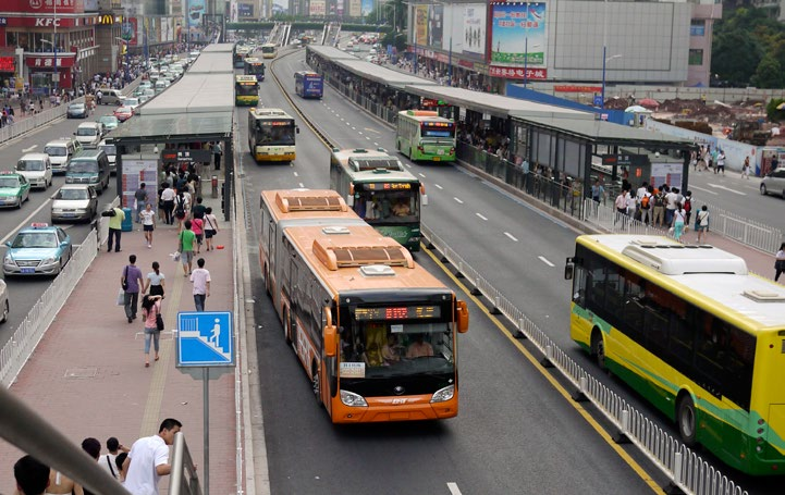 Assessing The Quality of Surface Mass Transit At the Giangding station, the Guangzhou BRT has 3 sub-stops each with 3 docking bays to allow for local, limited and express services.