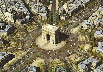 15 If you visit the Arc de Triomphe: please, whatever you do, DO NOT attempt to cross on foot the Place de l Etoile that surrounds the monument.