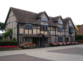 Stratford-Upon-Avon The birthplace of William Shakespeare and one of the UK s most picturesque towns will allow students the opportunity to fully immerse themselves in traditional British culture.