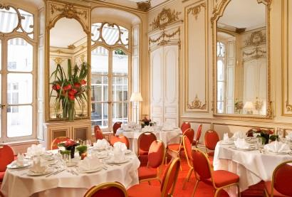 Our Spaces With Daylight MARIE ANTOINETTE 120 m² located on ground floor, with daylight Meetings: Maximum occupancy: 140 persons in theatre shape Catering: Maximum occupancy: 120 persons for seated