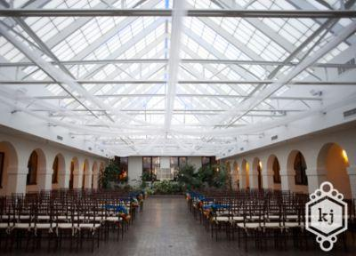 www.pipersindy.com CATERING VENUES LOCAL FLAIR The Courtyard & Atrium The Atrium is centrally located within the facility and serves as the ideal wedding ceremony location.