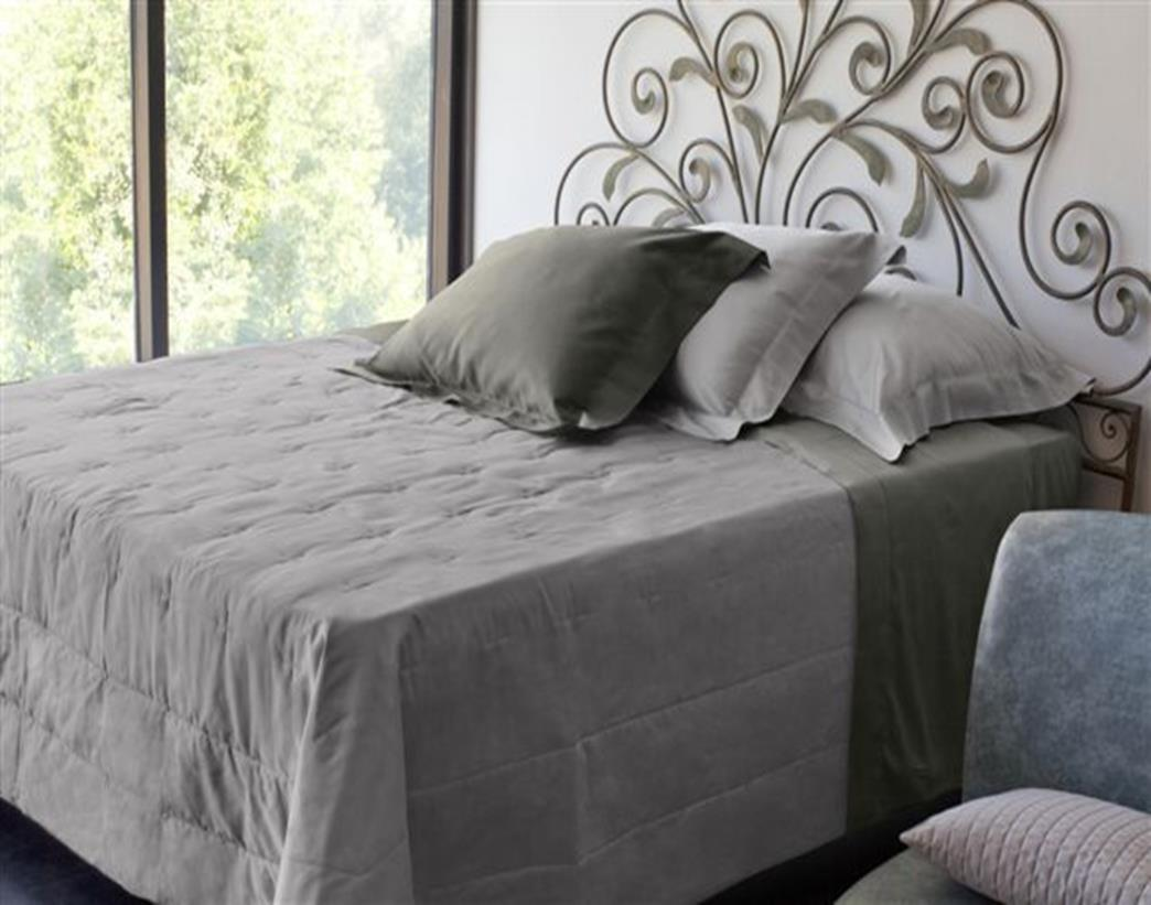 MONNALISA bedcover MONNA LISA style Solid Sateen on the top side and solid cotton percale on the reverse side.