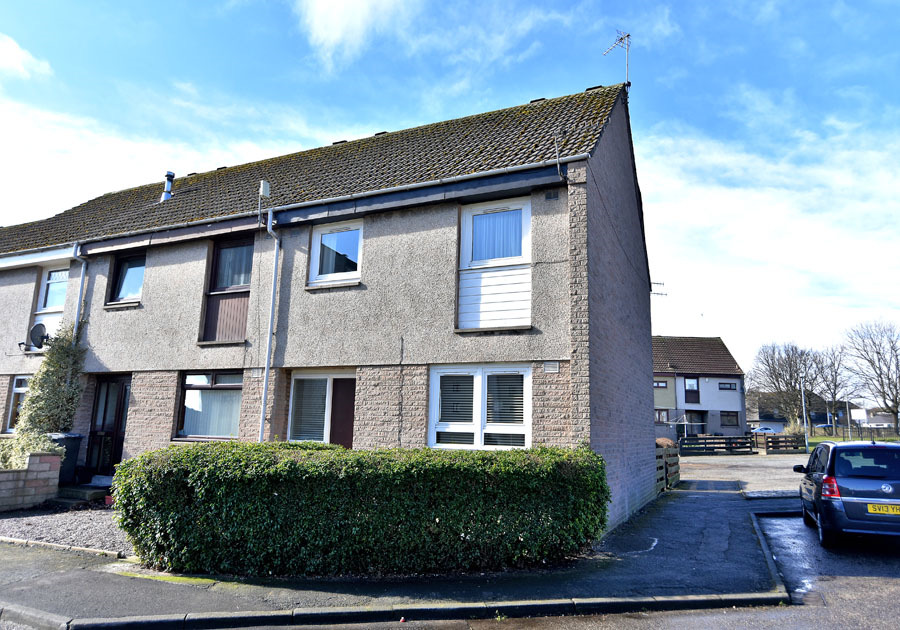 11 RATTRAY PLACE, ABERDEEN, AB24 2TJ THIS THREE BEDROOM END TERRACED DWELLINGHOUSE OCCUPIES A PLEASANT SITE, PROVIDES SPACIOUS ACCOMMODATION AND REPRESENTS EXCELLENT VALUE FOR MONEY Accommodation:-