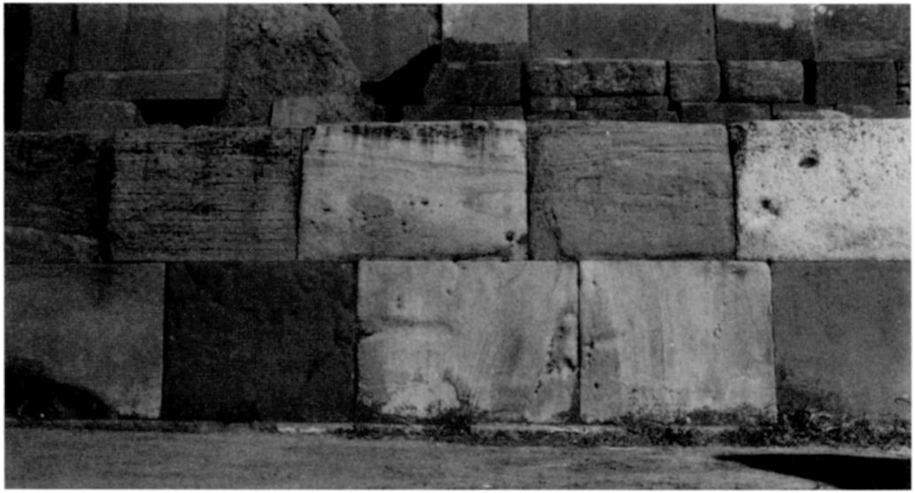 Stiibel and Uhle saw a similarity between the Kalasasaya and the Wall of Six Monoliths at Ollantaytambo with its fine fillet stones closing the gap between the monoliths [Figure 5].