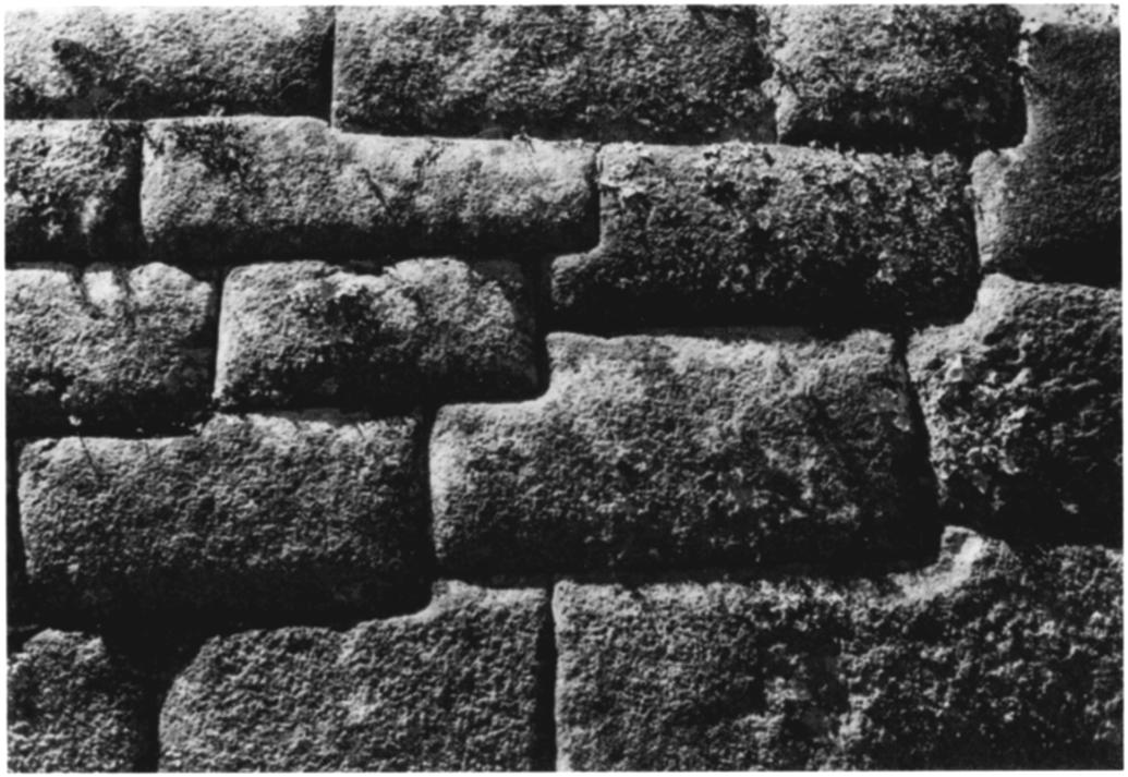 smaller stones fitted into the space between them in either random-range or coursed masonry [Figure 8]. Again, there is no comparable Inca masonry.