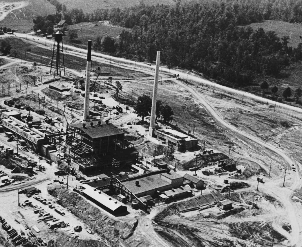THE OAK RIDGE GRAPHITE REACTOR General Leslie Groves took charge of the Manhattan Project in September 1942 and immediately made the decision to buy 59,000 acres of land in East Tennessee for the