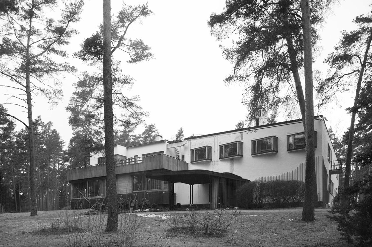 In 1933 he moved to Helsinki, where he designed his own house, which is today Alvar Aalto s seat of the foundation ( Alvar Aallon Säätiö ).