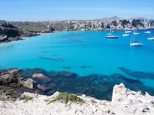We can organize excursions or weekly stays on a sailboat in the main Italian islands.