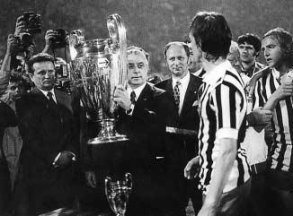 330 INTERNATIONAL REVIEW FOR THE SOCIOLOGY OF SPORT 39(3) Figure 2 Johann Cruyff receives the cup in 1973 (Team, 1999: 62) black and white, the cup whose handles gleam in the floodlights is