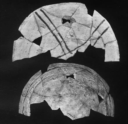 3 percent, a slight decrease from Cortez Black-onwhite; and Swannack (1969:105-106, Figs. 91-93) noted two plate sherds (possibly pukis?