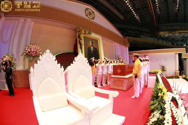 The holy body of Sun Myung Moon, the True Parent of Heaven, Earth, and Humankind entering the Universal Sung Hwa Ceremony venue, Cheong Shim Peace World Center The holy body of Sun Myung Moon, the