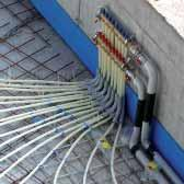 The system includes modular metal bars with plastic mounting clips to fix the heating pipes.