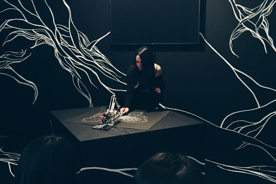 Drawing Operations Unit: Generation 1, Sougwen CHUNG [2015 / Interactive Installation / Excellence Award at 19th Entertainment Division] This work is an ongoing collaboration between the artist and a